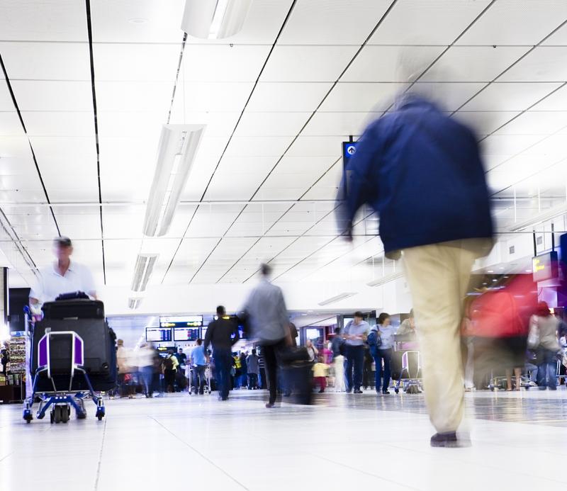 ParkandFly-Terminal-Flughafen-Menschen-Koffer-Reise