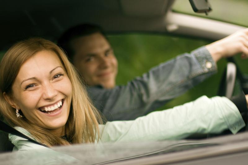 ParkandFly-Freude-Menschen-Auto-Urlaub